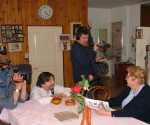 France 3  Aquitaine  L'équipe de France 3 Aquitaine conduite par Jean-François Meekel sur les traces d'Ancrage en Lot-et-Garonne. Ici en compagnie de Damira Titonel Asperti, grande figure de la résistance et fille d'immigrés italiens. Et à Sainte Livrade-sur-Lot sur les pas de Marianca et Guillaume Vlemmings venus de Hollande à la fin de leurs études, dans les années 70, pour lancer une entreprise agricole devenue prospère.