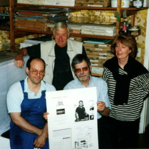 Numéro un  Juin 2002. Le premier numéro d'Ancrage est imprimé sur les presses de nos confrères et amis de La Feuille, l'hebdomadaire satirique  Lot-et-Garonnais. Sur la photo on reconnaît Guy Nanteuil, directeur de la publication qui présente  la première plaque du numéro un de la revue.On reconnaît au second plan Muriel Genet attachée  de publicité l'une des premières compagnes de route d'Ancrage, et son mari.